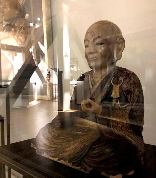 Drewniana figura rakana zXVIII wieku nawystawie Cudo-Twórcy