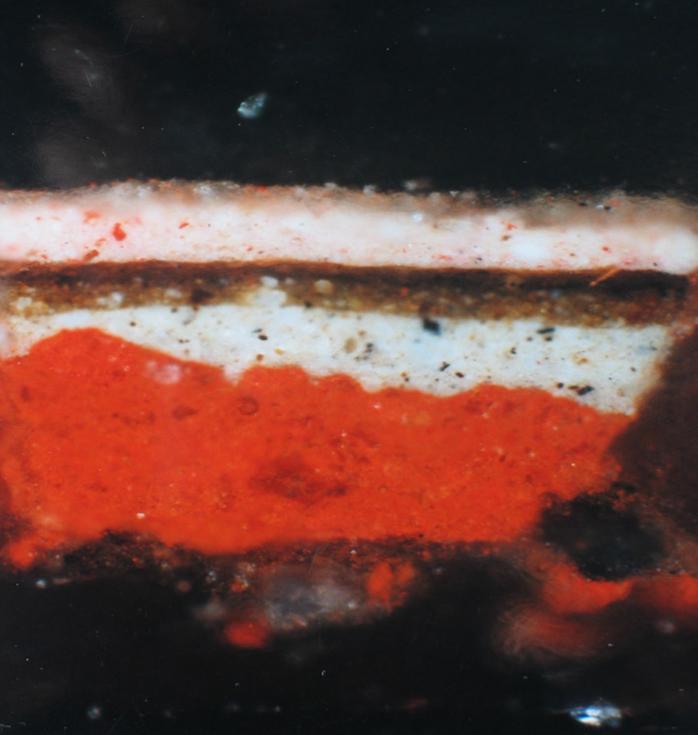 Fotografia przekroju bocznego próbki pobranej zmalowidła olejnego napłótnie
