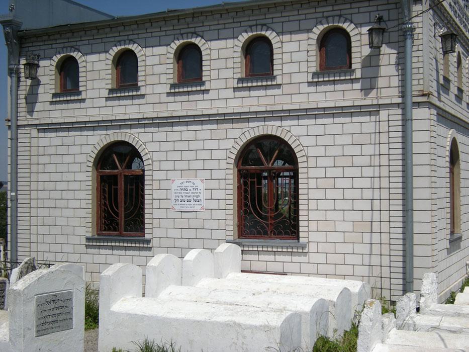 ohel (miejsce pochówku) – widok od strony cmentarza
