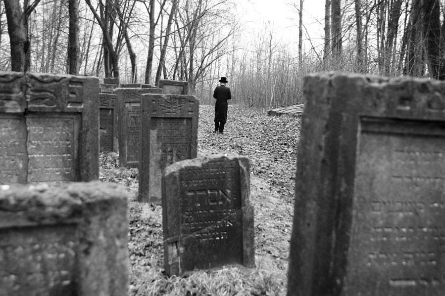 Samotny chasyd na starym żydowskim cmentarzu