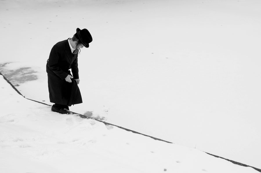samotny chasyd na tle białego śniegu