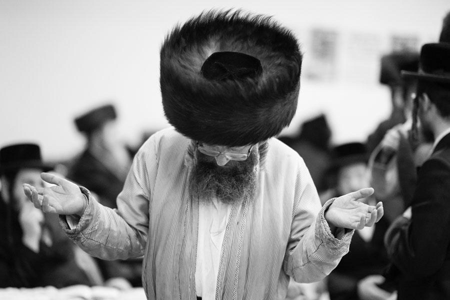 modlący się chasyd w obszytym futrem kapeluszu