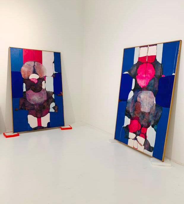 obrazy przygotowywane do zawieszenia na wystawie