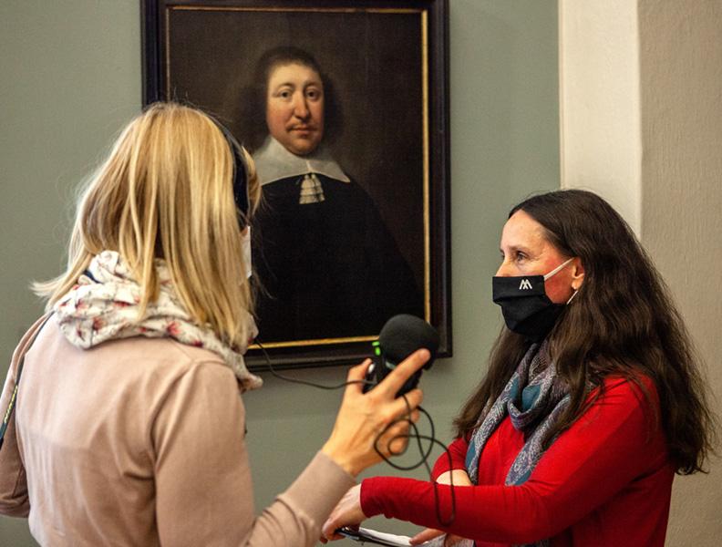 rozmowa przy portrecie mężczyzny