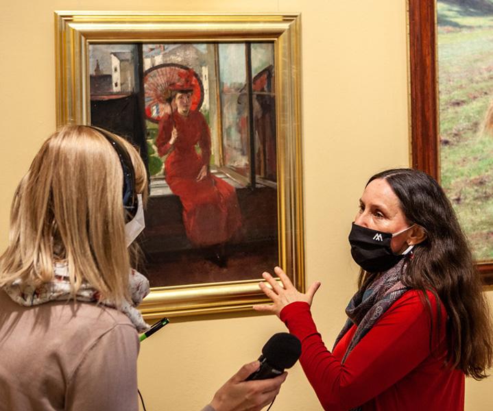 rozmowa przy obrazie dziewczyny zparasolką