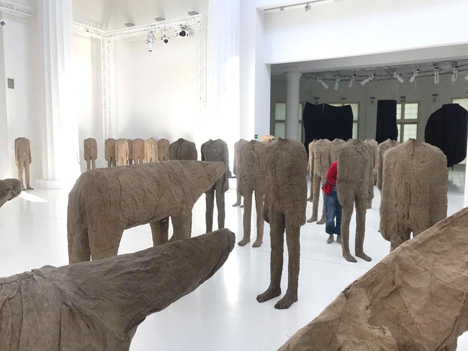 Ponowne ustawianie rzeźb Magdaleny Abakanowicz wPawilonie Czterech Kopuł