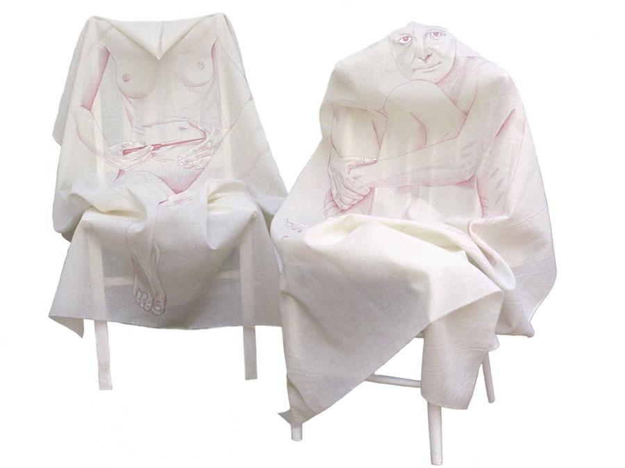 na dwóch płótnach rozmieszczonych nadwóch krzesłach widnieją rysunki postaci: kobieta znożem ipatrząca
