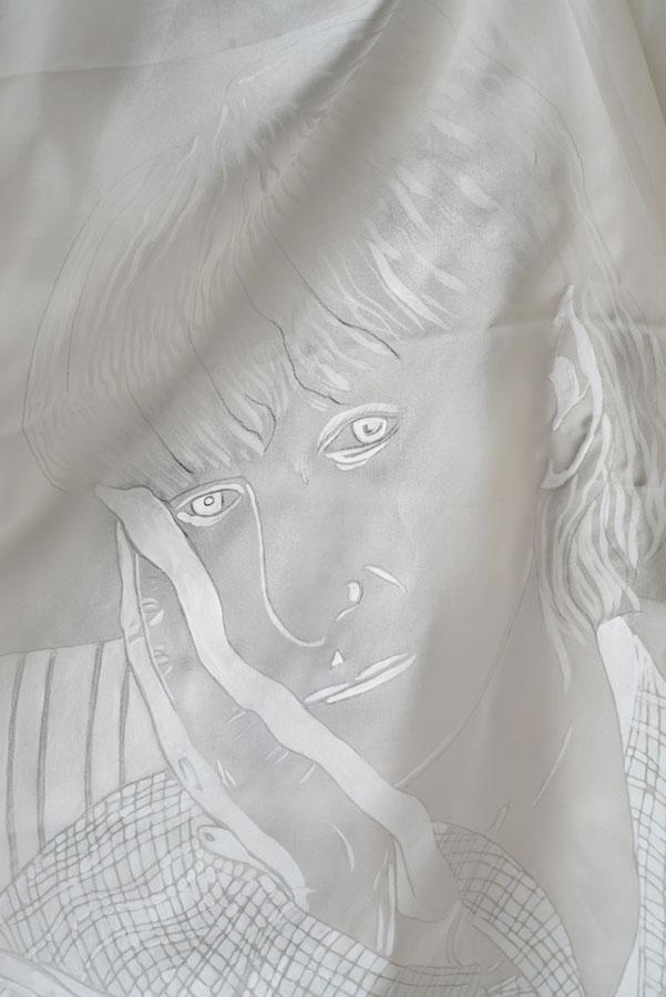 namalowana nabiałym płótnie twarz kobiety
