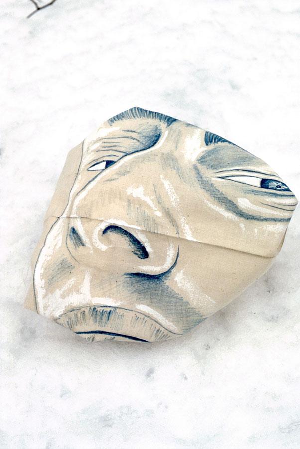 Namalowana tuszem tusz nasurówce bawełnianej twarz umieszczona naśniegu