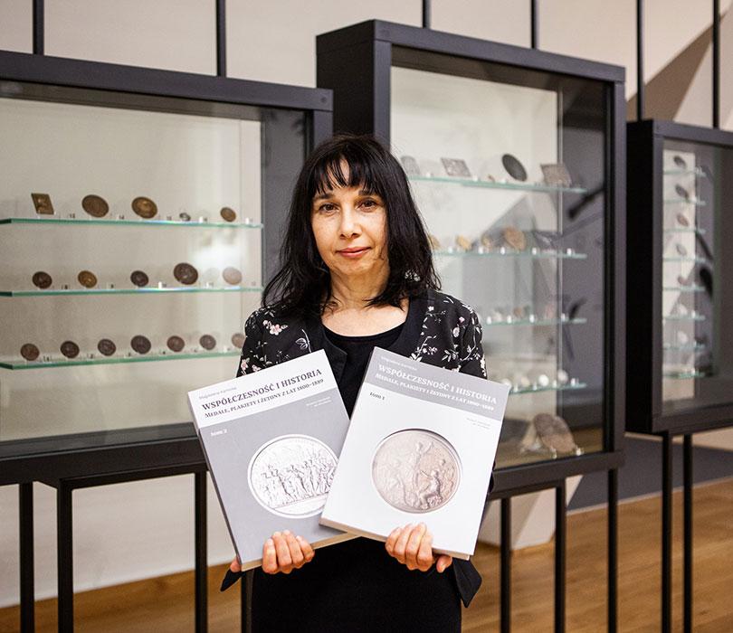 Publikację omedalach prezentuje kustorz Magdalena Karnicka