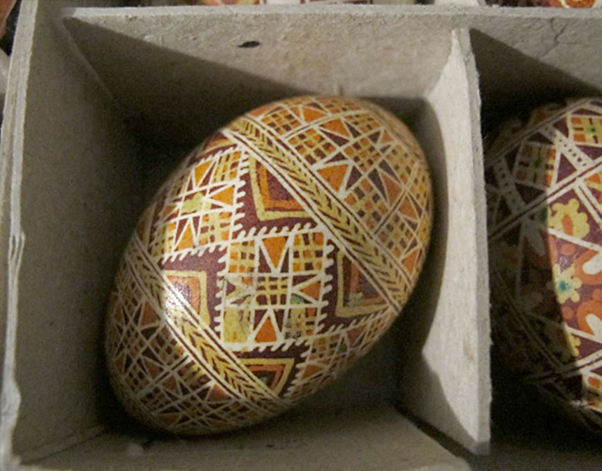 pisanka wstylu huculskim geometrycznym (brązowo-żółto-biało-pomarańczowa) wprzegródce