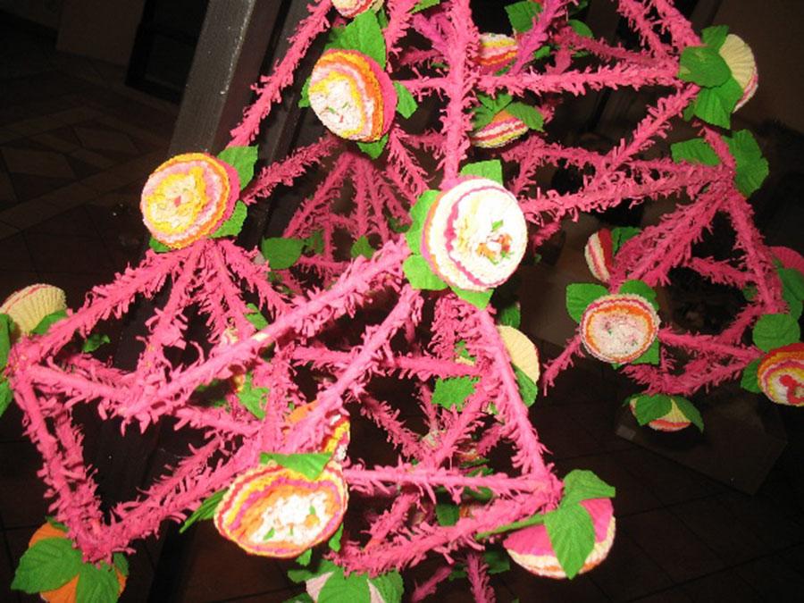 wykonany zróżowego papieru pająk zozdobnymi kwiatkami