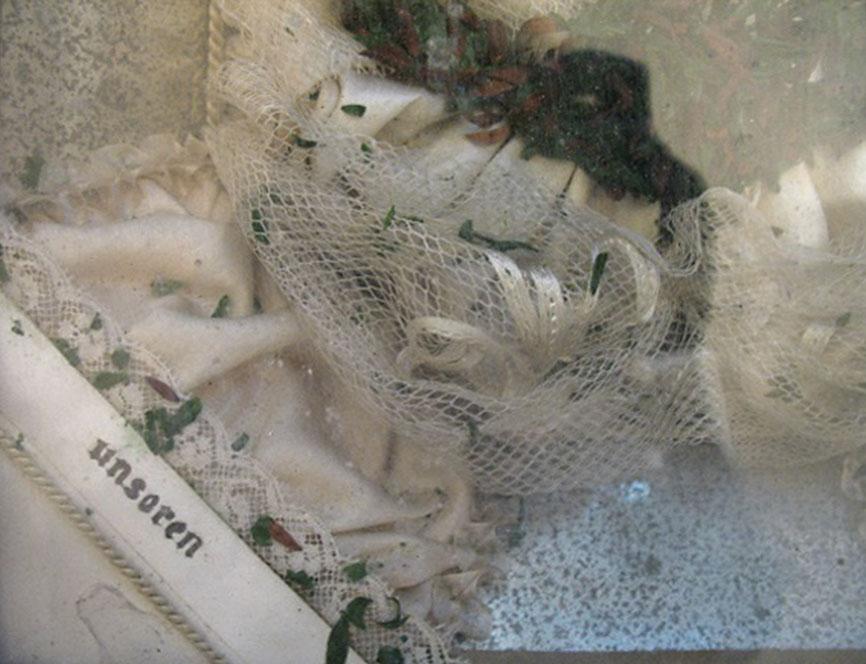 fragment dioramy zkoronką ilistkami mirtu