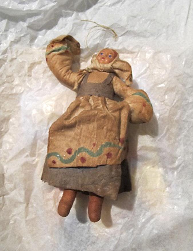 twarzyczka lalki opatulona chustką, ubranko wykonane jest zchusteczek