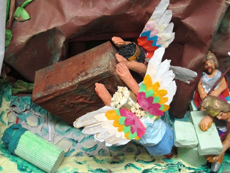 wykonane zpapieru kolorowe rzeźby wkształcie aniołków, obok żołnierz