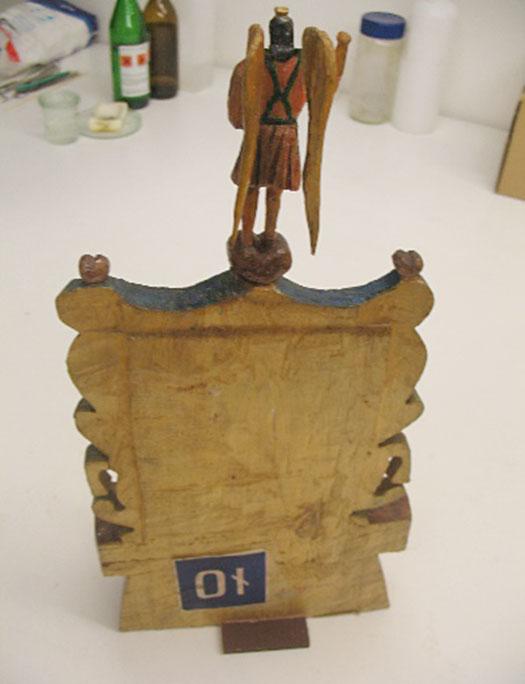 rzeźba archanioła już zesklejonym skrzydłem