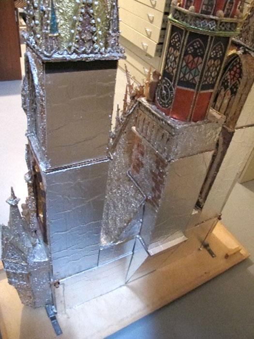 wygłądzona powierzchnia tylna szopki znową osłonką zesrebrnego aluminium