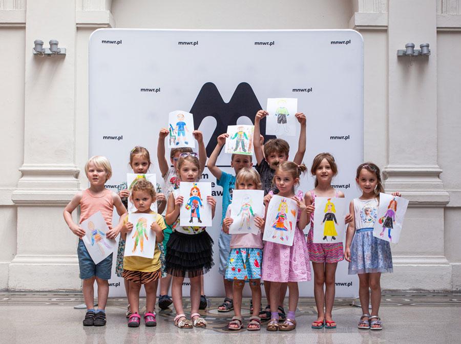 Wielobarwna galeria mody – dzieci zeswoimi rysunkami