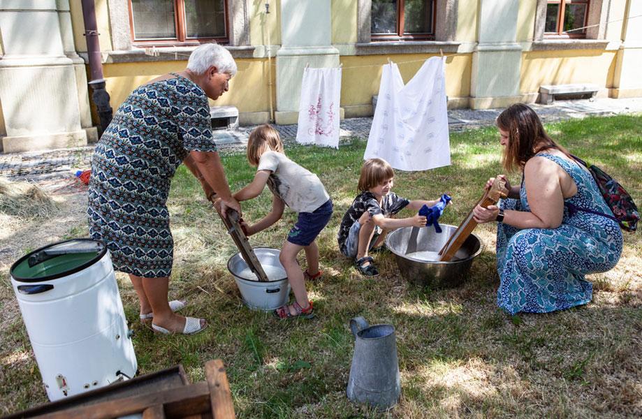 Pranie starymi metodami wprzymuzealnym ogrodzie