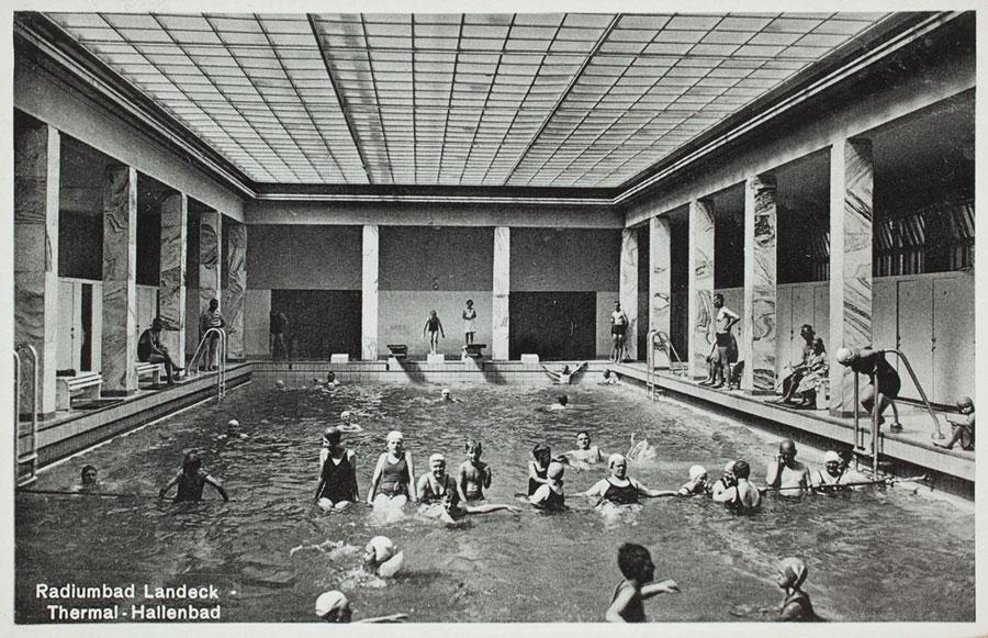 Przedwojenna czarno-biała fotografia, widok basenu z ciepłą wodą i kąpiących się kuracjuszy