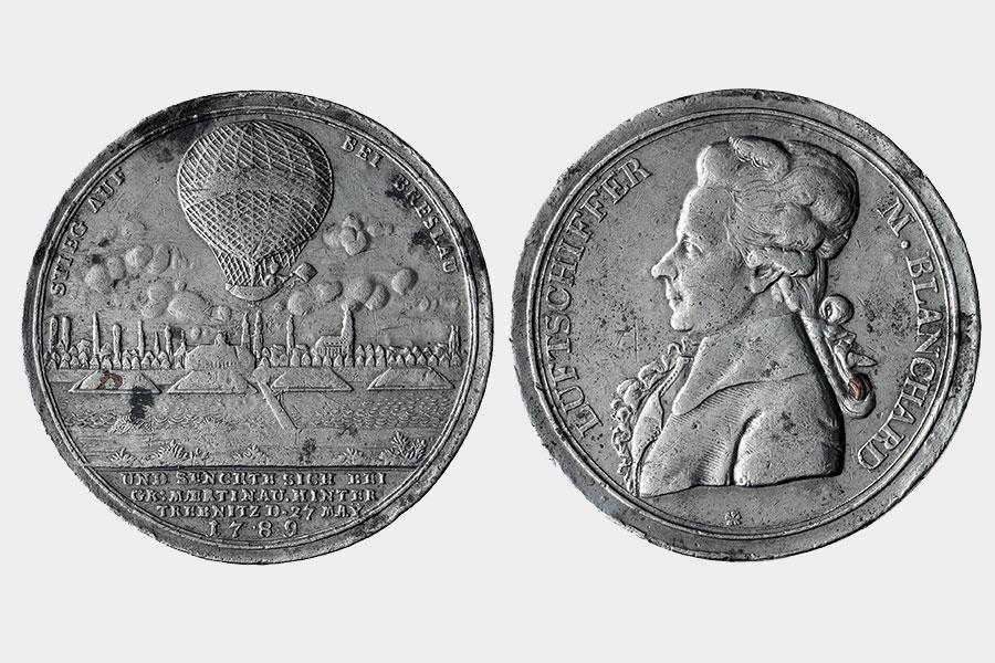 awers irewers medalu, zbalonem iprofilem lotnika