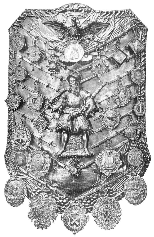 Metalowa płaskorzeźba zestrzelcem idołączonymi wiszącymi okrągłymi plakietkami