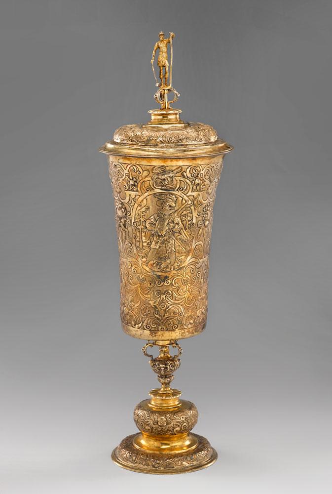 współczesne zdjęcie przedstawiające złoty ozdobny puchar zwieczkiem