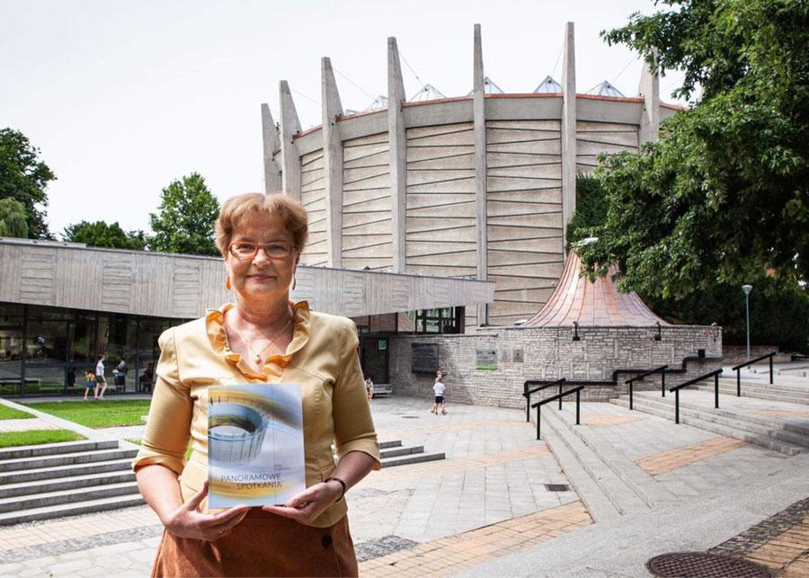 Autorka Beata Stragierowicz prezentuje publikacje oPanoramie Racławickiej przedwejściem domuzeum