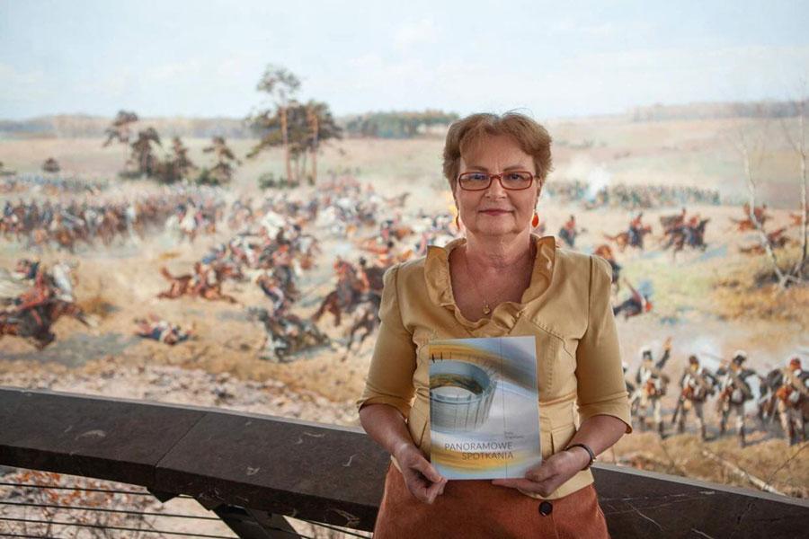 Autorka Beata Stragierowicz prezentuje publikacje oPanoramie Racławickiej natle płótna przedstawiającego bitwę podRacławicami