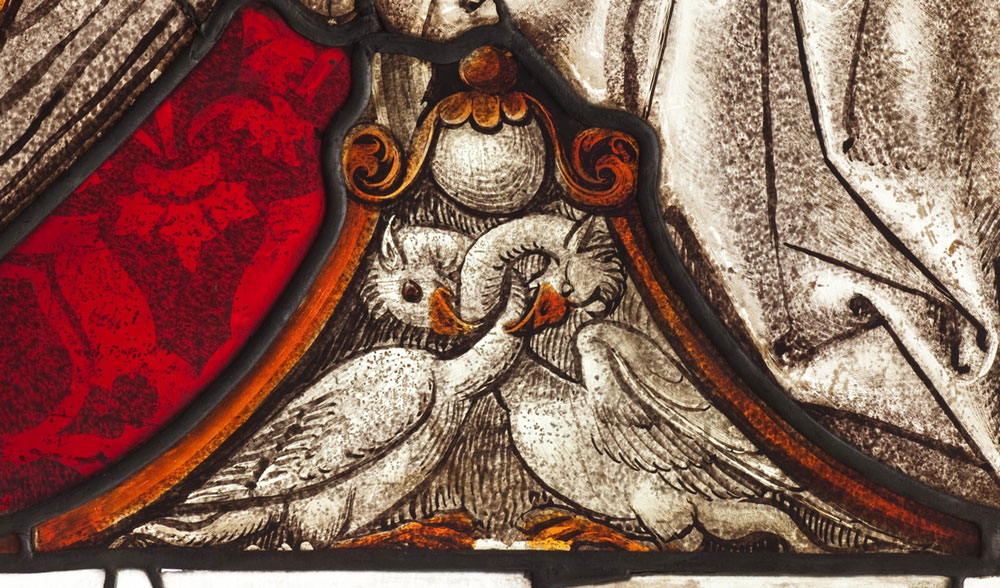Fragment witraża zdwoma pelikanami