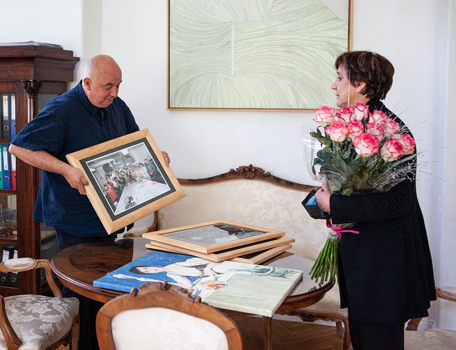 Barbara Kicielinska odchodzi naemeryturę – kwiaty ipamiątki oddyrektora muzeum