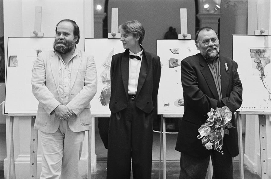 czarno-biała fotografia z3 osobami nawystawie