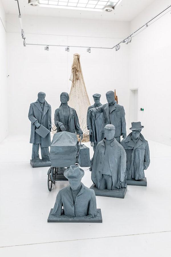 Rzeźby przedstawiające przechodniów schodzących podziemię
